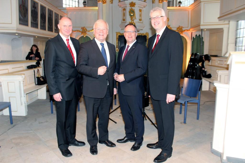 von links: Landschaftspräsident Werner v. Behr, Landtagspräsident Bernd Busemann, Landrat Detlev Kohlmeier und Landrat Cord Bockhop