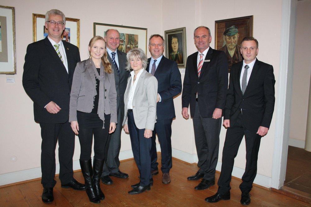 Der Vorstand des Landschaftsverbandes Weser-Hunte mit dem 1. Vorsitzenden Detlev Kohlmeier (3. von rechts), dem stellvertretenden Vorsitzenden Cord Bockhop (links) und Beisitzer Werner von Behr (3. von links) ist unverändert, neuer Geschäftsführer ist Thomas Stahl (2. von rechts) mit seiner Mitarbeiterin Nadja Thamm (2. von links). Michael Duensing (rechts) ist Nachfolger der stellvertretenden Geschäftsführerin Ingrid Decke (4. von links).Foto: Landschaftsverband Weser-Hunte